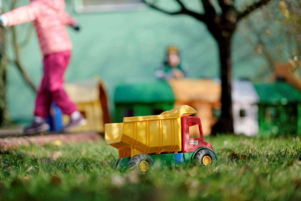 Pohled na hračku sklápěč v zahradě